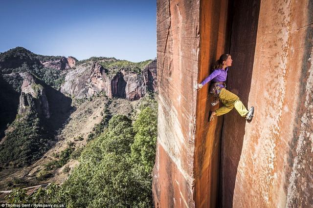中国女绝壁攀爬瑞士眼泪表情包干擦动画教师徒手征服305米(图)图片