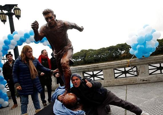 悲催!梅西连丢金球+FIFA最佳 雕塑也被毁了