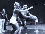 组图:航空公司篮球赛 空姐遭丑男背身单打
