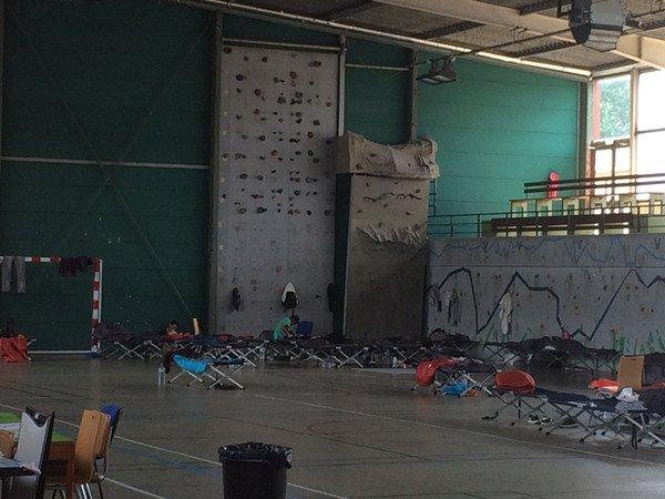 临时难民营里的简易床