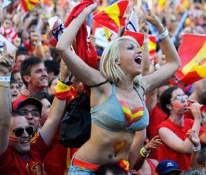 西班牙球迷疯狂欢庆国家队捧杯