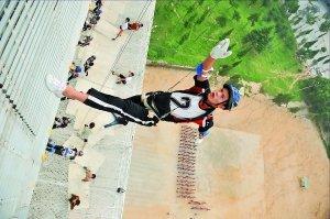 揭密亚运开幕式空中飞人 80米的高空训练