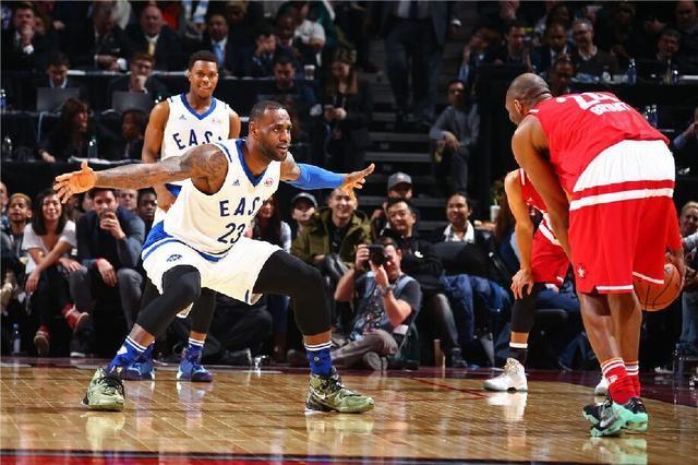 科比全明星战袍拍得10万 创NBA官方拍卖纪录