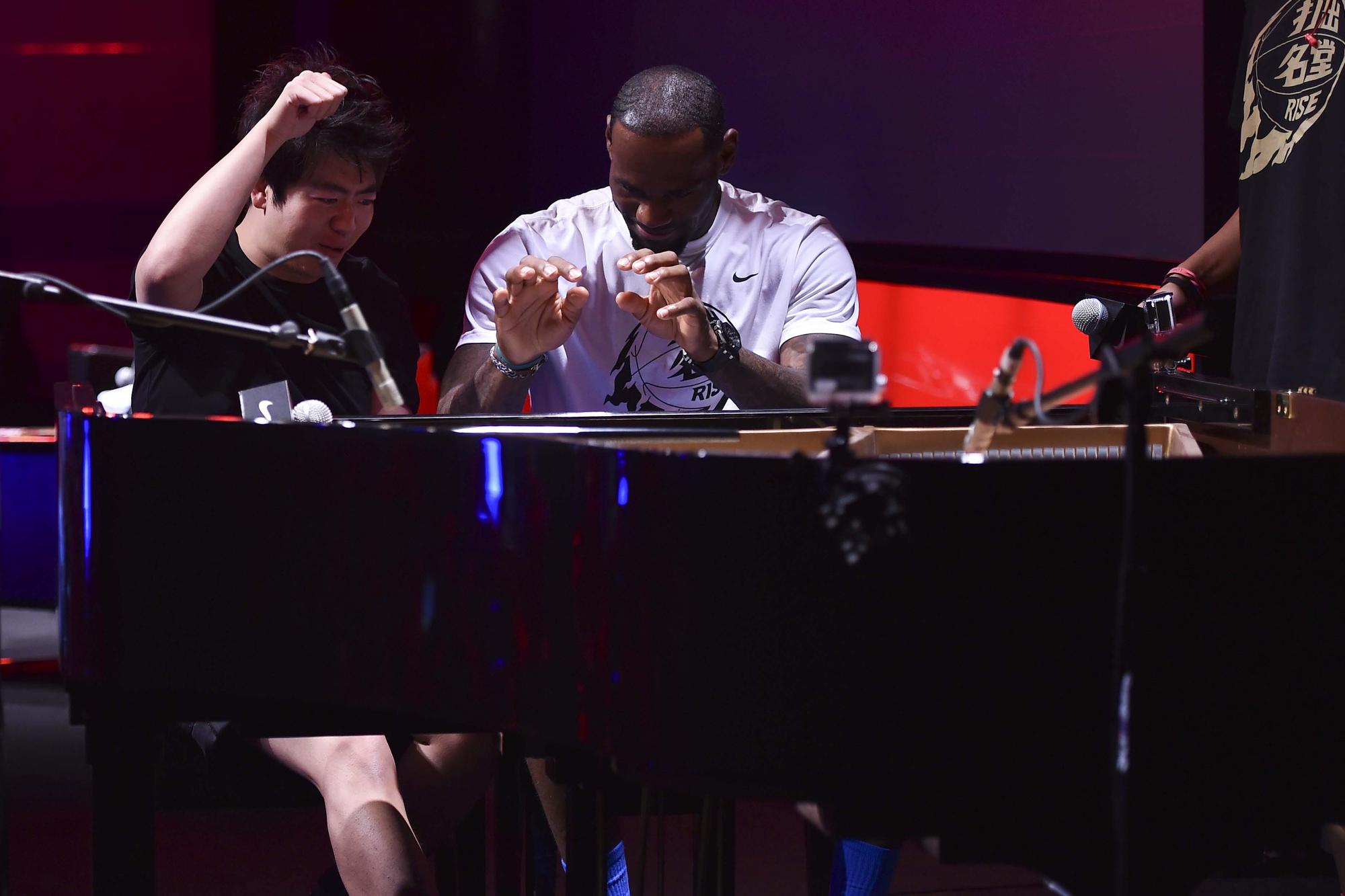 詹姆斯驾临北京 与郎朗上演钢琴合奏截图