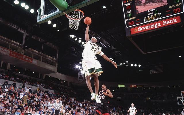 梦回2002!还没打上NBA的詹皇已是全美名人