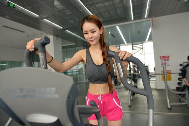 白嫩美女挑战自我 热衷健身赢得胸模大赛冠军