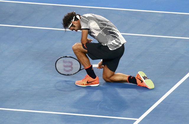 费德勒夺澳网冠军激动落泪 双膝跪地仰天长啸