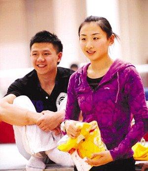 陈一冰:我给她带了一堆零食 何雯娜笑容甜蜜