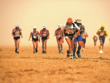 最疯狂马拉松:40度高温跑254公里 狼蛛巨蟒相伴
