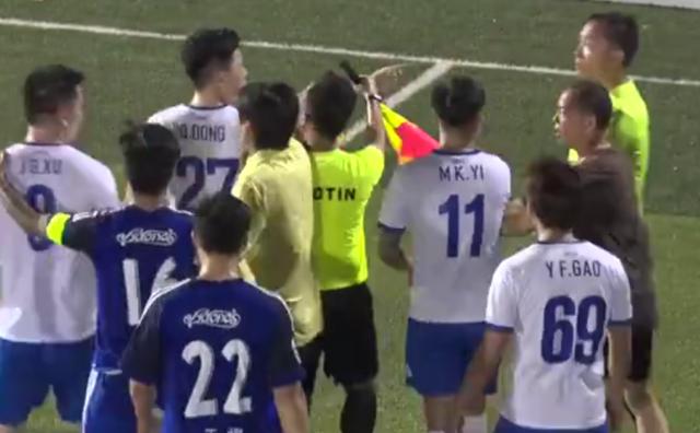 上海业余比赛惊现暴戾一幕 球员怒扇裁判耳光