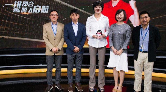 """笑容灿烂!郎平获颁""""腾讯体育能量大使"""""""