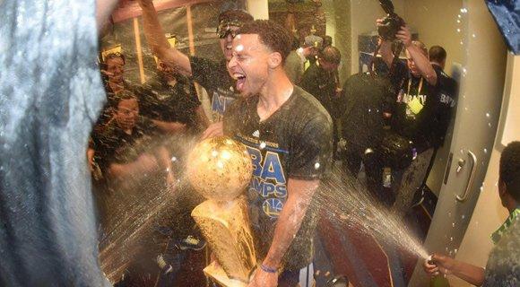 勇士疯狂庆祝夺冠 狂喷香槟人人湿身