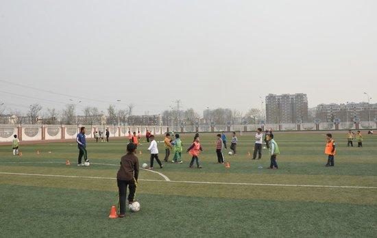 郝伟走进淄博市校园足球 指导小学生足球训练