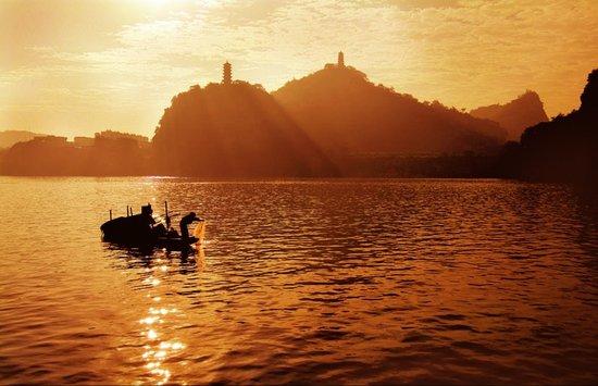 国家甲级旅游城市 柳州城青山环绕水抱城流