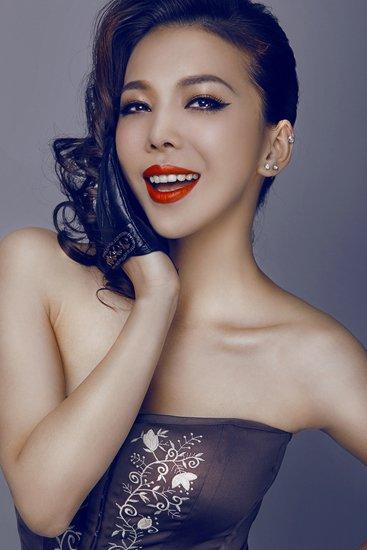 美女歌手艾莉莎:把爱给足彩 拜仁危机(组图)