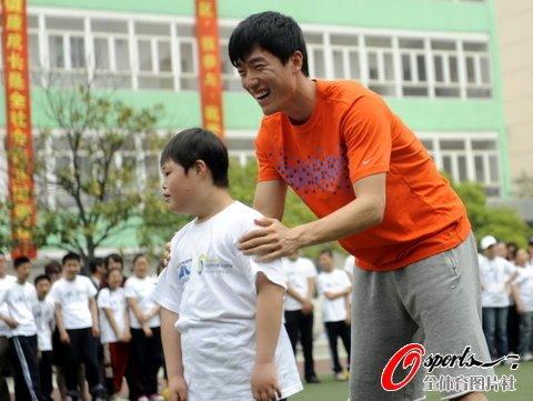 刘翔为智障儿圆梦 携手昊昊跨栏胜奥利弗组合