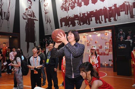 郎平到访TCL亚运主题公园 体验快乐亚运