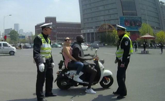 天津交警意语普法卡帅 迪亚涅违章被处罚教育