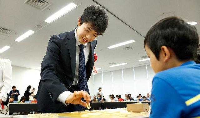 日本初中生下棋连续27场不败 签名扇几秒被抢光
