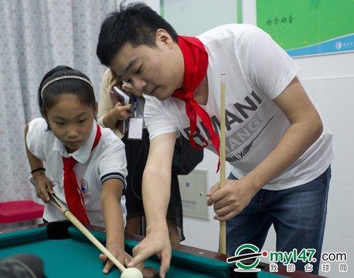 丁俊晖教小学生欢迎梁文博受小女孩打球(图)的兴平小学图片