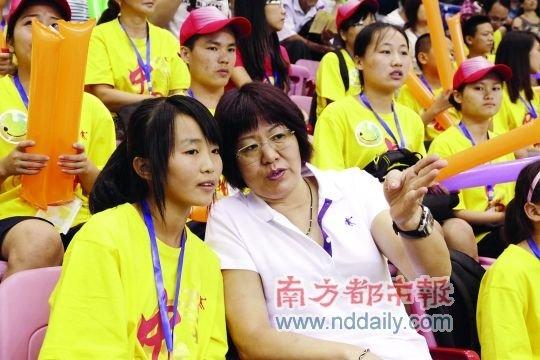 郎平低调现身赛场 和希望小学学生一起看排球