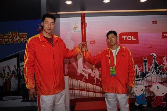 中国男篮到访TCL亚运主题公园 体验快乐亚运