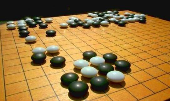 """昨天,一则与围棋相关的新闻引来轩然大波。 国际顶尖期刊《自然》报道了谷歌研究者开发的新围棋AI。这款名为""""阿尔法围棋""""(AlphaGo)的人工智能,在分先的情况下以50完胜欧洲冠军、职业围棋二段棋手樊麾。 消息一出,无论是否棋界人士,朋友圈都被刷屏了。 围棋,这座棋类运动最后的堡垒,真的就这样被人工智能攻陷了吗?一天过去,各路人士冷静下来后认为,现在还难下定论。 谷歌宣布所研发软件 已能战胜职业棋手 就在谷歌(google)、脸书(facebook)宣布进军人工智能围棋时,几乎所"""