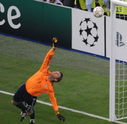 图文:欧冠决赛国米2-0拜仁 布特展臂救球