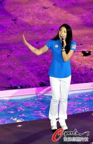 罗雪娟高敏献唱世游赛 《致英雄》引满场欢呼