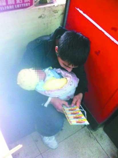 """怀抱婴儿刮彩票 年轻男子被封""""执着帝""""(图)"""