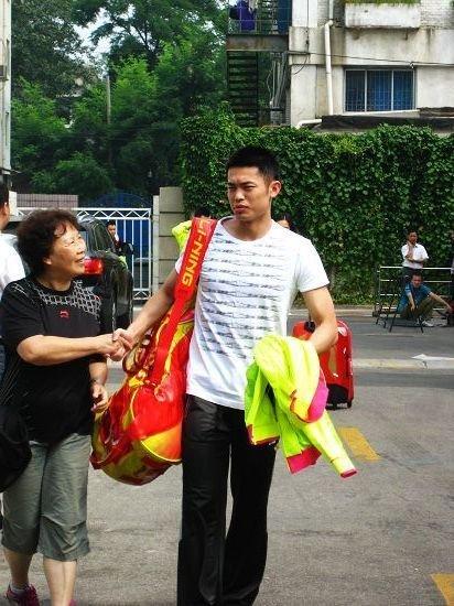 国羽荧光绿装出征世锦赛 男队员教练集体短寸