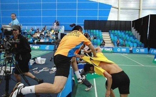 羽毛球赛场变格斗场! 泰国选手斗殴追打对手