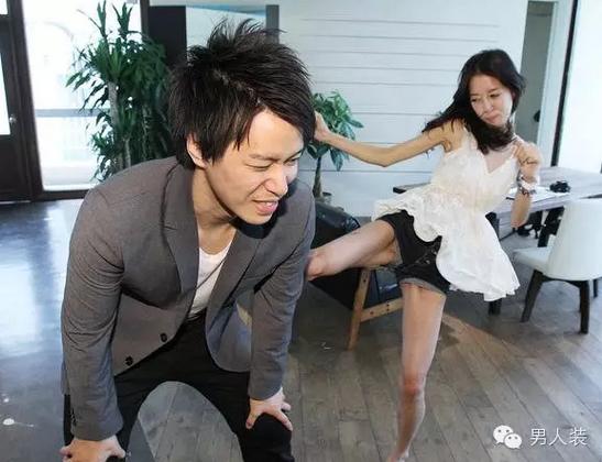 日本美女与中国男人性交_日本残暴行业正盛行 搏击美女提供踢屁股服务