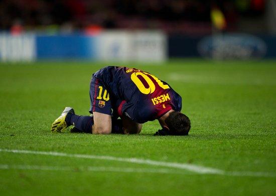 欧冠-门将屡救险巴萨0-0 梅西替补受伤被抬下