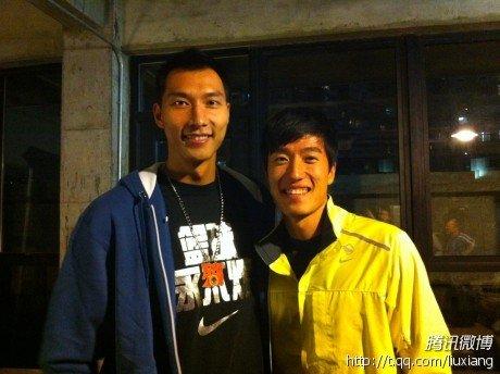 刘翔出席品牌30年晚宴 微博秀与易建联合影照