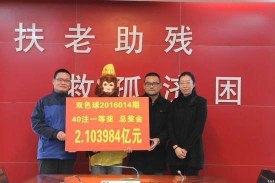 """双色球2.1亿巨奖得主现身 头戴""""金猴""""面具"""