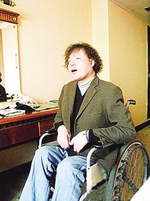 """""""轮椅上的歌手""""推自传 将用利润帮助残疾人"""