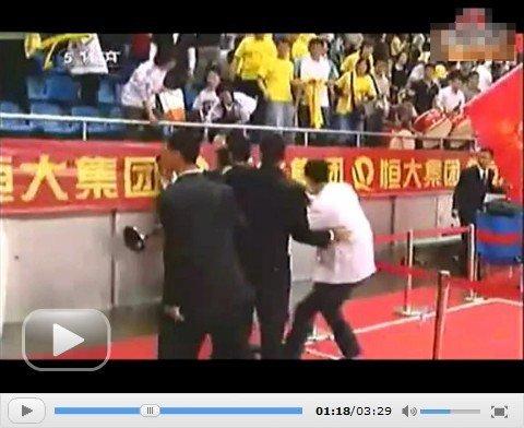 视频:女排保安围殴天津球迷 队员飞踹解救
