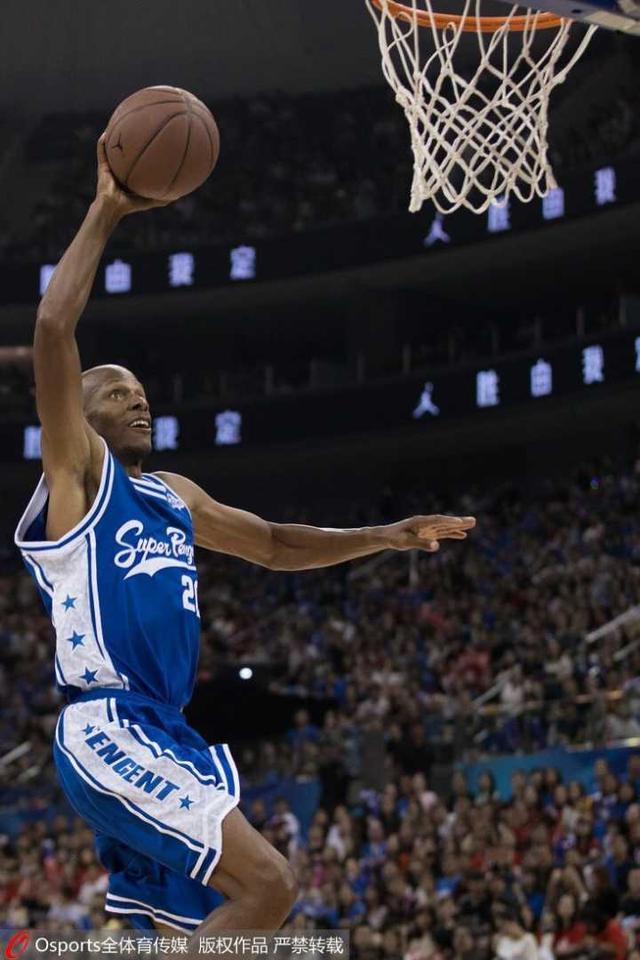 雷-阿伦单挑女篮球员玩嗨了 42岁的他还能暴扣