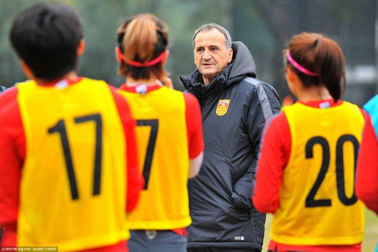 21日的天河体育中心副场,布鲁诺带领女足姑娘们训练