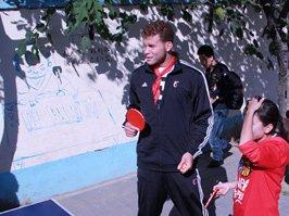 格里芬与学生打乒乓球