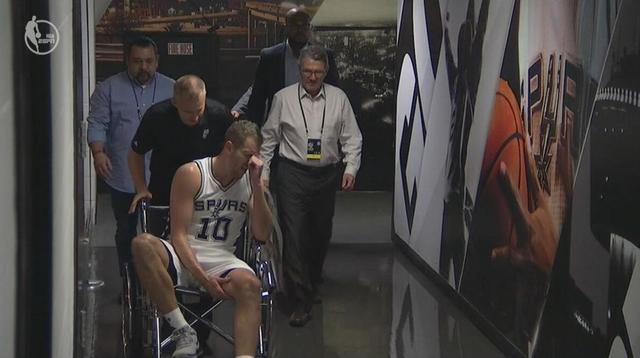 太悲催!马刺又伤一员大将 大卫李受伤坐轮椅退场