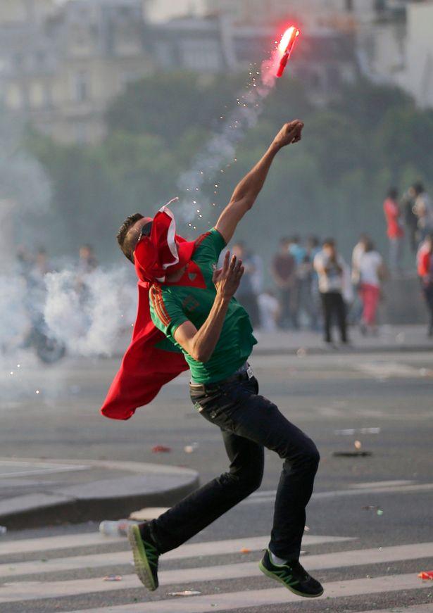 欧洲杯决赛夜巴黎球迷暴乱 防暴警察平息时态