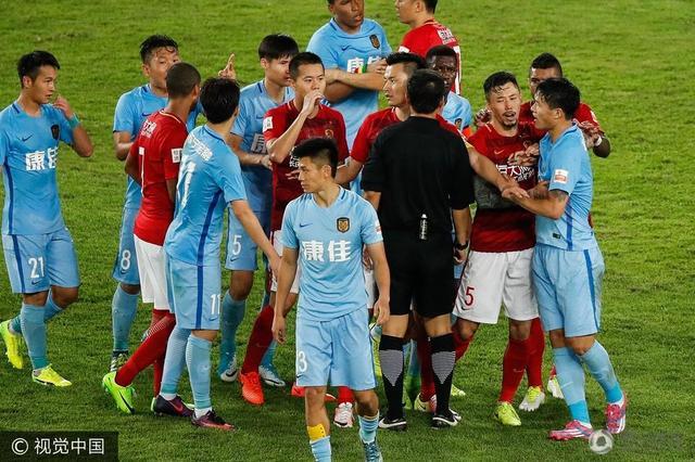 恒大苏宁9分钟两度冲突 R马退场被球迷砸水瓶