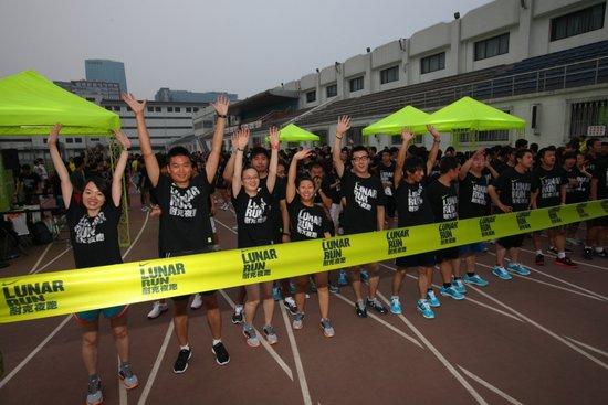 博客)、李娜、艺人田原、朱珠等也将受到邀请,以不同形式和大家一起参加其中。或许在你拭去汗水的瞬间,那些你喜欢的、熟悉的面孔就会出现在你面前,他们正和你一起享受畅快淋漓的夜跑。 经过一个月的训练,每个城市最终会选拔出一支城市跑者队伍,被送往上海参加2011夏季运动盛会运动汇进行终极城市挑战赛,其中的胜者更有机会可参加今年的芝加哥马拉松或耐克旧金山女子马拉松。然而这并不是终点——9月后,耐克跑步活动将继续开展,继续和跑者一起发掘放肆奔跑的乐趣。 Lunar的起源 Lunar Run是