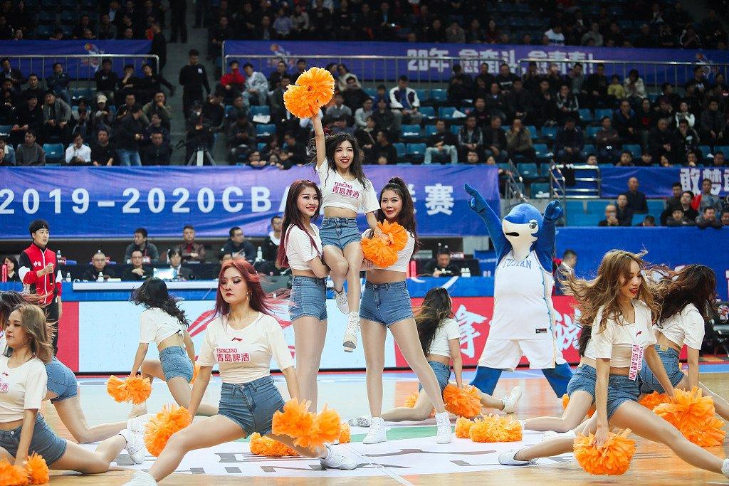 篮球宝贝大秀一字马 妖娆舞蹈为主队助威