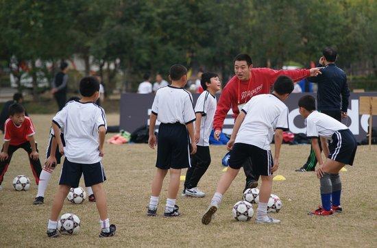 希望之星快乐成长历程 学习阿凡提踢智慧足球
