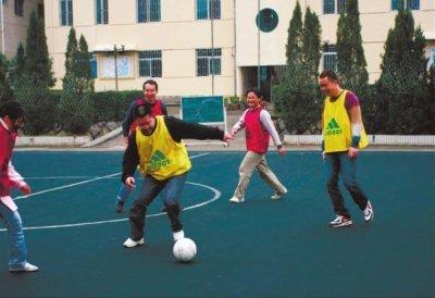 福州足球校长亲带同学踢球 巧妙转变家长观念
