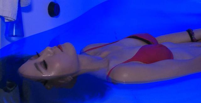 最前线美女主播泳装上阵 体验水疗高科技技术