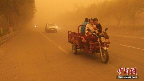 新疆南部多地黄沙漫天 局地能见度不到500米